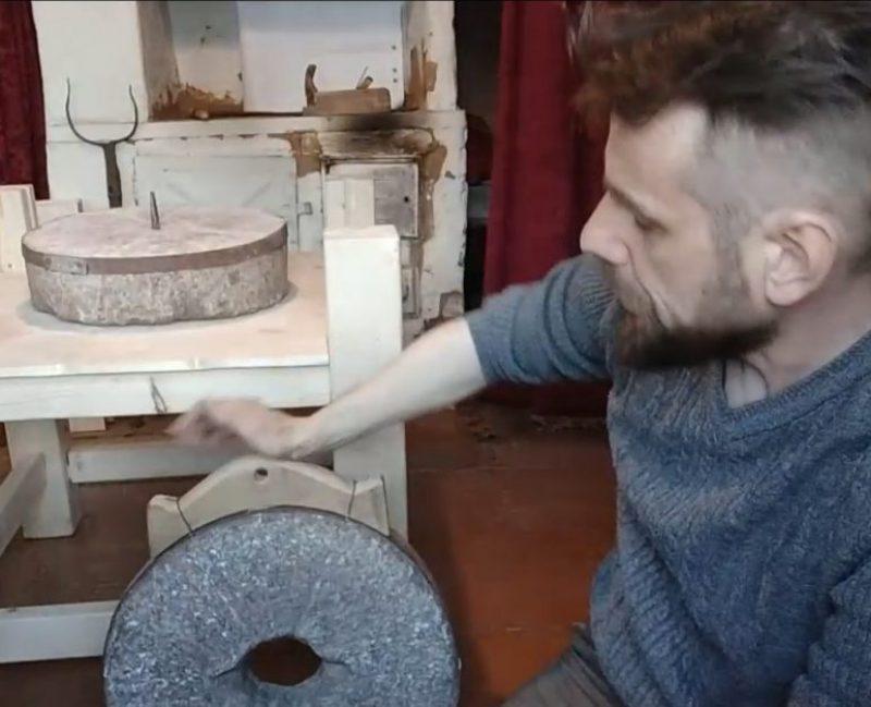 Процесс реконструкции ручной мельницы по археологическим источникам